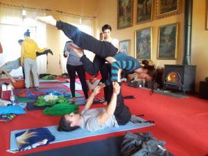 Io in un momento di yoga acrobatico.